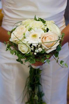 Brudbukett Butterfly Wedding, Wedding Flowers, Event Planning, Marie, Floral Design, Bouquets, Evening Dresses, Deco, Engagement