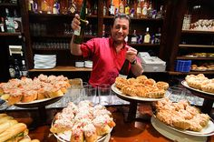 """Pintxos en San Sebastián (España). 'Chefs aquí se han convertido aperitivos en una forma de arte. A menudo llamados """"alta cocina en miniatura ', pintxos (tapas vascas) son montones de sabor a menudo montados sobre una rebanada de baguette. Aunque el ambiente es siempre informal, el negocio serio de experimentar con combinaciones de sabor (una marca comercial Vasco) se asegura de que cada vez se pone mejor """"."""