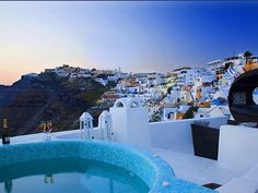 Perched on a cliff in Kato Fira of Santorini, Blue Angel Villa features a sun terrace with hot tub and views over the Aegean Sea and the Caldera. Mykonos, Santorini Villas, Santorini Greece, Fira Greece, Santorini Island, Location Chalet, Location Villa, Saint Tropez, Dubrovnik