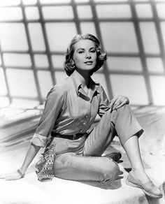 "Grace Kelly wears a pair in the 1956 film ""High Society. Moda Grace Kelly, Grace Kelly Style, Classic Hollywood, Old Hollywood, Hollywood Fashion, Hollywood Actresses, Poses, Princesa Grace Kelly, Black And White"