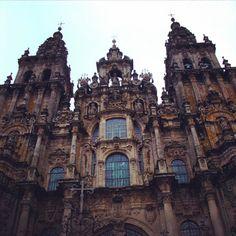 A Catedral de Santiago de Compostela é um templo católico situada na cidade de Santiago de Compostela capital da Galiza Espanha. Construída entre 1075 e 1128 em estilo românico é também marcante pela posterior adição de elementos góticos renascentistas e barrocos. #espanha #santiagodecompostela #santiago #catedralsantiago #templo #viagens #viajar