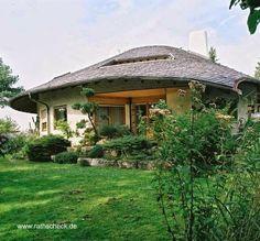 Casa de diseño tradicional con techo de tejuelas