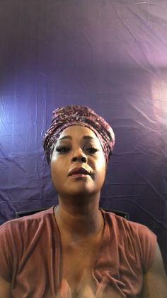 Turban style headwrap tutorial using batik, cotton fabric. Hair Wrap Scarf, Hair Scarf Styles, Curly Hair Styles, Natural Hair Styles, African Hair Wrap, African Head Wraps, Scarf Hairstyles, Cute Hairstyles, Hairstyles Videos