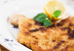 Wiener Schnitzel eli wieninleike on Itävallassa kansallisruokaa. Tarjoa possun ulkofileestä nuijittu leike sitruunaviipaleen kera. Ihanan retroruokaa!