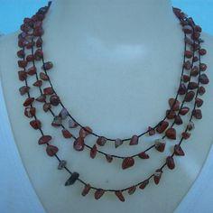 Colar crochê feito com pedra natural olho de falcão e linha branca própria para bijuterias. R$18,00