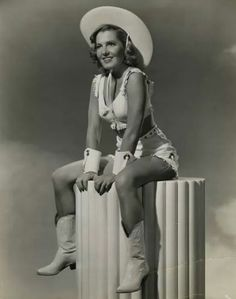 More vintage western style this time with Jean Arthur (October 1900 – June Cowgirl Vintage, Cowgirl Sexy, Cowboy And Cowgirl, Cowgirl Style, Cowgirl Fashion, Vintage Burlesque, Cowboy Baby, Urban Cowboy, Cowgirl Outfits