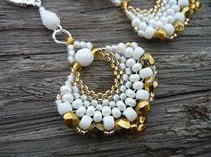 - Šité, korálkové náušnice - V barvách bílé a zlaté - Vytvořila jsem je z japonského Toho rokajlu top kvality, rokajlu preciosa a broušených korálků - Zapínání stříbrný mech...