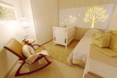 """Para o filho, Samuel, a designer de interiores Mirella Antonio queria um quarto que fugisse dos """"frufrus"""" habituais, como ela chama. O tema utilizado, então, foi """"ninho"""", por isso foi escolhido um tapete que parece ter pequenos gravetos. Mas o grande destaque é a árvore de MDF, que recebeu iluminação de mangueira de luz. O ambiente tem 13 m²."""