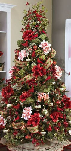 Here are the Red And White Christmas Tree Decoration Ideas. This article about Red And White Christmas Tree Decoration Ideas … Beautiful Christmas Trees, Christmas Tree Themes, Noel Christmas, Primitive Christmas, All Things Christmas, White Christmas, Holiday Decor, Christmas Photos, Xmas Trees