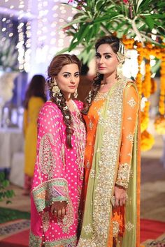 Love those big umbrella sleeves would be interesting on a crop top with a long skirt. A very bohemian indo-western vibe Pakistani Couture, Pakistani Bridal Wear, Pakistani Outfits, Indian Bridal, Indian Outfits, Mehndi Outfit, Mehndi Dress, Mehendi, Saris