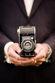 Vintage camera, suit up. Photography Camera, Vintage Photography, Love Photography, Creative Photography, Pregnancy Photography, Wedding Photography, Photography Courses, Photography Business, Landscape Photography