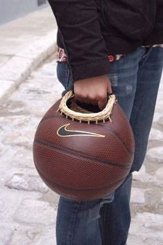 Recycling an old basketball. Wouldn't I be the envy of the basketball moms? Basketball Crafts, Basketball Coach, Basketball Shoes, Old Baskets, Trash To Treasure, Cool Ideas, Repurposed, Purses And Bags, Upcycle