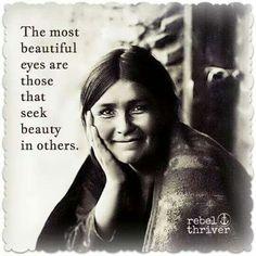 Los ojos mas hermosos son aquellos que buscan encontrar la belleza en los demas