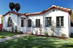 Love the courtyard. I can trade my love for Chicago style bungalows for a Spanish style bungalow. Spanish Revival, Spanish Style Homes, Spanish House, Spanish Colonial, Spanish Patio, Spanish Landscaping, Spanish Tile Roof, Design Exterior, Exterior Paint Colors