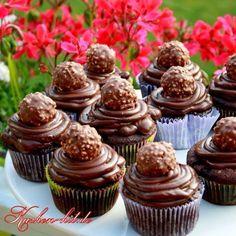 Schokomuffins mir Ferrero Rocher Pralinen - ein Rezept für alle Schokoladenfans.