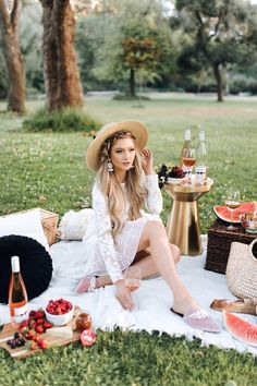 Chloe Wine Collection Rosé Picnic in Golden Gate Park - The City Blonde Picnic Date, Beach Picnic, Summer Picnic, Picnic Photography, Photography Poses, Picnic Photo Shoot, Picnic Fashion, Picnic Outfits, Summer Vacation Outfits