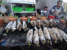 grilled snakehead fish Food Porn: Roasted School of Fish Thai Recipes, Fish Recipes, Snakehead Fish, Thai Street Food, Grilled Fish, Thailand Travel, Paella, Night Life, Roast
