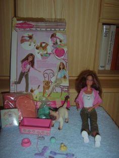 Barbie mit Katze und reichhaltigem Zubehör. Sogar die Katzenstreu ist mit dabei!Die Katze macht Pipi....Top-Zustand Lieferung im Original-KartonPrivatverkauf, daher keine Gewährleistung
