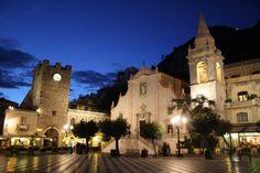 Fotografía: Gaby Cuevas - Taormina Barcelona Cathedral, Mansions, House Styles, Building, Travel, Decor, Lake Garda, Paisajes, Places