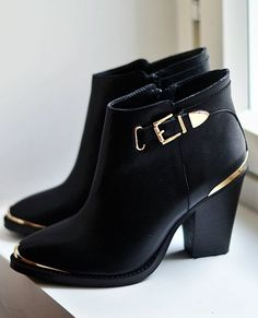 Black and gold leather boots from Steve Madden  Can be found at : http://www.dunelondon.com/fr-fr/Bottines-en-cuir-%C3%A0-talon-et-d%C3%A9tails-m%C3%A9talliques/1fxuq/