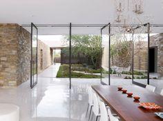 Glas Schiebetüren Essplatz weiße Bodenfliesen Steinwand