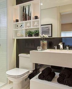 Bom dia, pessoal!! Olha que ideia legal esses nichos ocupando um espaço que geralmente é pedido. Deu um super charme nesse banheiro. Nós adoramos! #Bomdia #Banheiros #Arquitetura  #Interiores #Dueinspira #Duerealiza