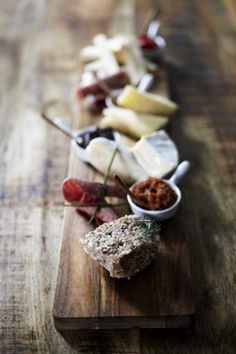 Spanish Tapas - what I was thinking for the first course - a lot of little tastes Tapas Recipes, Wine Recipes, Antipasto, Best Tapas, Cheese Platters, Appetisers, Food Presentation, I Love Food, Food Inspiration