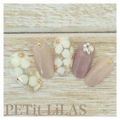 Nail art perle et fleur sur couleur n'use beige