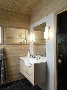 ENKELT: Dette hyttebadet er fra Foss Bad. Innredningen er enkel og klassisk med lyst treverk og skiferfliser på gulvet.