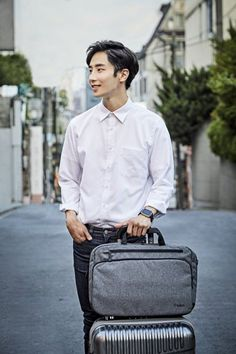 """Belkin Classic Pro Messenger Bag 