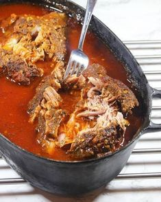 Dra sönder köttet med två gafflar och blanda ihop det med vätskan i grytan. Pork Fajitas, Baked Bakery, Best Meat, Pulled Pork, Pork Recipes, Lchf, Slow Cooker, Chili, Curry