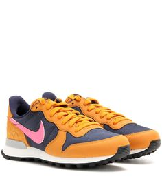 hot sales a2ed1 905f3 Baskets moutardes, bleues et roses Colorful Sneakers, Colorful Shoes,  Sneakers Multicolor, Nike