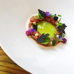 "2,531 mentions J'aime, 31 commentaires - Chef jason howard (@chefjasonhoward) sur Instagram : ""Yellow fin Tuna  tartare with avocado and wasabi black olive crisp with parsley cucumber and…"""