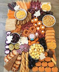 A plate full of spooky treats. Easy Halloween Snacks, Fall Snacks, Halloween Baking, Halloween Appetizers, Halloween Food For Party, Halloween Cookies, Halloween Birthday, Holidays Halloween, Charcuterie Recipes
