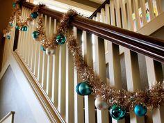 Escalera decorada para Navidad on 1001 Consejos  http://www.1001consejos.com/wp-content/uploads/2012/05/escalera-decorada-guia-plateada-esferas.jpg
