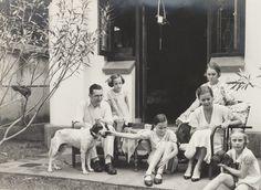 In de tuin aan de Merkusstraat 7 te Soerabaja. Ca 1934.