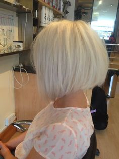 hair bob Im in love with blonde bobs Brown Blonde Hair, Short Blonde, White Blonde, Cool Short Hairstyles, Bob Hairstyles, 1940s Hairstyles, Wedding Hairstyles, Short Hair Cuts, Short Hair Styles