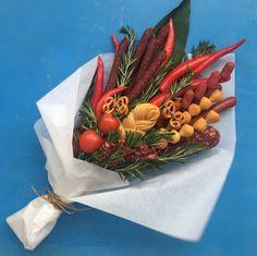 Food Bouquet, Man Bouquet, Kreative Snacks, Vegetable Bouquet, Diy And Crafts, Crafts For Kids, Edible Bouquets, Food Decoration, Arte Floral