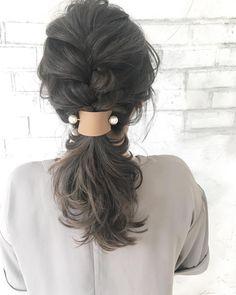 キリリとまとめたヘアスタイルはデキる女っぽくて素敵ですが、横顔や輪郭などはできるだけ隠しておきたい方も多いのではないでしょうか?もう少しふんわりとしたシルエットで、自分が心地良いと感じられるオフィスヘアにしてみませんか?