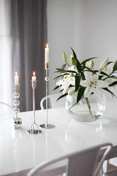Simple and elegant Loft Interior Design, Beautiful Interior Design, House Plants Decor, Plant Decor, Vase Arrangements, Deco Floral, White Lilies, Elegant Homes, Scandinavian Interior