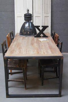 Eettafel 20033 - Stoere eettafel gemaakt van oude balken en een ijzeren frame. De tafel heeft zowel een eigentijdse, als karakteristieke uitstraling. Op de rand van de tafel staat een afdruk. MAATWERK Dit meubel is handgemaakt. De tafel kan in vrijwel elke gewenste maat worden nabesteld. Benieuwd naar de mogelijkheden? Kom eens langs, of neem contact met ons op. Wij maken vrijblijvend een offerte voor het meubel van uw voorkeur!
