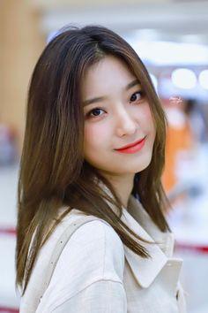 """Moon Light on Twitter: """"190907 GMP HQ  💌💌💌  #fromis_9 #이새롬 #LeeSaeRom #프로미스나인 #프로미스_9 #새롬 #FUN_FACTORY… """" Kpop Girl Groups, Korean Girl Groups, Girls 4, Kpop Girls, Fake True, Cosmic Girls, Korean Actresses, Me As A Girlfriend, Pop Group"""