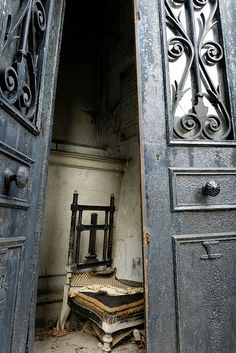 Neglected tomb in the Père-Lachaise Cemetery in Paris. Abandoned Mansions, Abandoned Buildings, Abandoned Places, Abandoned Castles, Père Lachaise Cemetery, La Danse Macabre, Cemetery Art, Monuments, Paris Ville