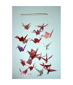 Deze bijzondere mobiel is gemaakt van kleurijke origami kraanvogels (Crane Birds).  Totaal 20 verschillende kraanvogels, gemaakt van de mooiste design origami papiertjes hangen aan een ijzeren ring (ook versierd met origami papier)Deze mobiel is een ...