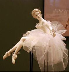 Ballet Poses, Ballet Dancers, Porcelain Insulator, Dancing Dolls, Barbie Gowns, Ballerina Doll, Ceramic Animals, Porcelain Ceramics, Fine Porcelain
