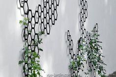 Comb-ination est un Treillis Mural en acier gris clair ou noir dont le design en nid d'abeille se décline en 3 tailles à commander sur Vue-Jardin.com