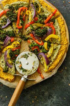 Plant-based pizza made with a butternut squash crust and topped with pesto hummus and roasted veggies. Perfect for a healthy pizza night! Pesto Hummus, Pesto Pizza, Kale Pesto, Flatbread Pizza, Vegan Lunch Recipes, Delicious Vegan Recipes, Vegan Dinners, Healthy Recipes, Healthy Pizza