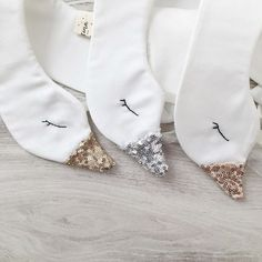 Gold, Silver and Rose Gold sparkling sequin Swan collars are Just the most adorable little accessories for your little one ! Felt Crafts, Fabric Crafts, Sewing Crafts, Sewing Projects, Tutorial Diy, Fabric Animals, Felt Patterns, Sewing Dolls, Baby Decor