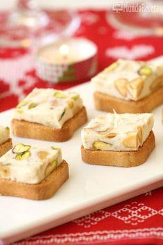 Un rico aperitivo perfecto para Navidad, que hará las delicias de los más queseros, la textura es cremosa y la mezcla de quesos con los frutos secos es una deliciosa. Servido sobre unas tostas de pan es un aperitivo estupendo para rellenar la mesa. Esta receta también la puede preparar unos días
