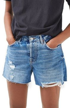 Topshop Ashley Ripped Boyfriend Shorts Not too short, n… I think I ❤️ these! Topshop Ashley Ripped Boyfriend Shorts Not too short, not too long, relaxed fit at leg Shorts Jeans Branco, White Denim Shorts, Denim Cutoffs, Waisted Denim, Blue Shorts, Denim Shorts Outfit, Fashion Shorts, Floral Shorts, Fashion Clothes